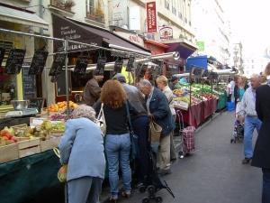 Ein größerer Pariser Straßenmarkt.